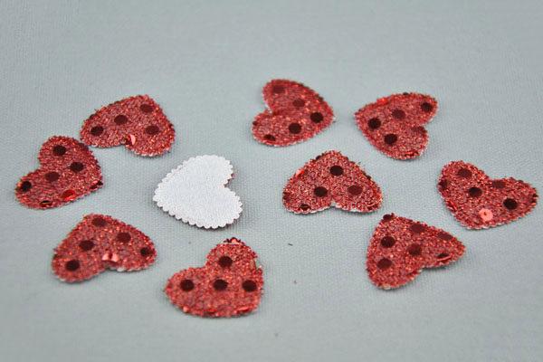 10 x Gepolsterte Herzen 20 x 22 mm mit Plättchen besetzt, rot