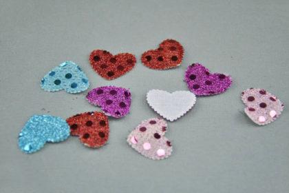 10 x Gepolsterte Herzen 20 x 22 mm mit Plättchen besetzt, vers. Farben