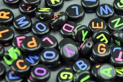200 x Buchstaben in schwarz und farbigen Buchstaben, 3.5 x 7mm