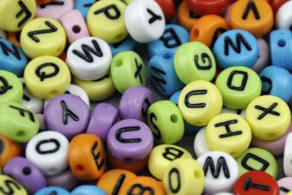 200 x Buchstaben in unterschiedlichsten Farben und schwarzen Buchstaben, 3.5 x 7mm