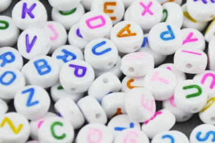 200 x Buchstaben in weiss und farbigen Buchstaben, 3.5 x 7mm