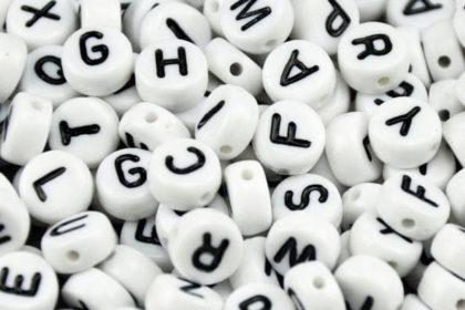 200 x Buchstaben in weiss und schwarzen Buchstaben, 3.5 x 7mm