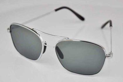 Sonnenbrille mit silbernem Gestell und schwarzen Gläsern