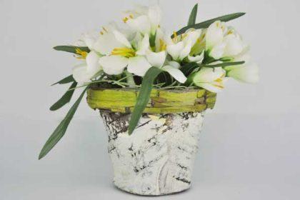 Deko-Blumentopf aus Rinde mit künstlichen Blumen, 15 x 15 x 15 cm