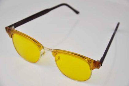 Sonnenbrille gelb mit schwarzen Ohrbügeln
