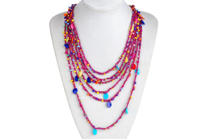 Halskette mit violetten Strängen und bunten Anhängern