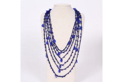 Halskette mit dunkelblauen Strängen und Anhängern