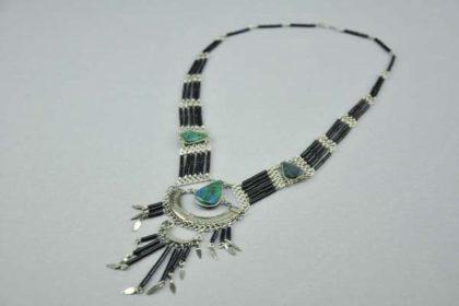 Schöne mehrstängige Hals-Kette 45cm mit vielen grünen Steinen und schwarzen Elementen