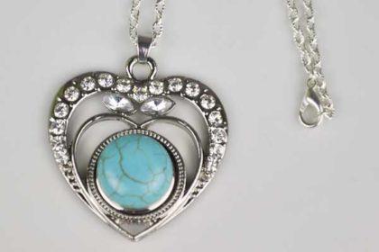 Halskette silber mit grossem Herz-Anhänger mit klaren Kristallen und einem Chunk-Button, türkis