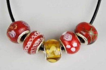 Kautschuk-Halskette mit Verschluss und 5 Glas-Beads 14 mm
