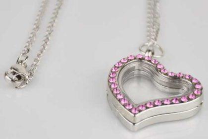 Silberne Halskette 50 cm mit Herz-Anhänger aufklappbar bestückt mit pinken Kristallen