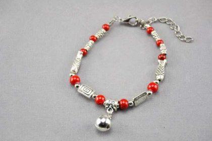 Armband 16 - 20cm mit vielen Beads und roten Perlen und einem Glöcklein