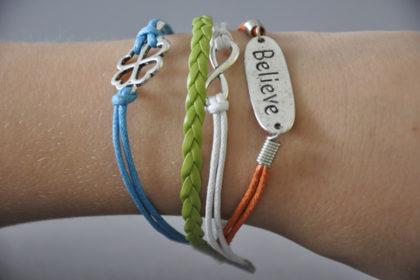 PU-Leder Armband mit Strängen und Anhängern, weiss-orange-grün-blau
