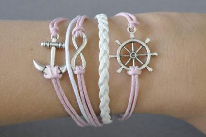 PU-Leder Armband mit Strängen und Anhängern, weiss-rosa