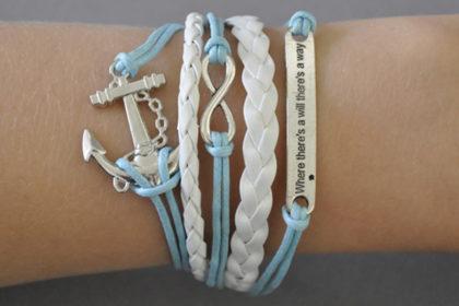 PU-Leder Armband mit Strängen und Anhängern, hellblau-weiss