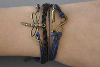 PU-Leder Armband mit Strängen und Anhängern, dunkelblau-braun