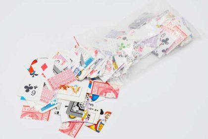 Beutel mit zerschnittenen Jasskarten für Bastelarbeiten