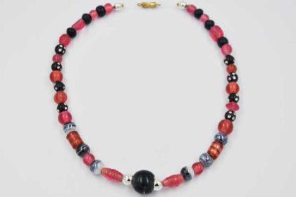 Halskette mit verschiedenfarbigen Perlen, 38cm
