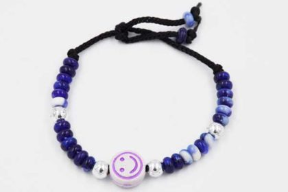 Kinder-Armband mit kleinen blauen Rondellen und silbernen Kunstoffkugeln und Smile-Anhänger