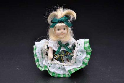 Porzellan-Mädchen mit Rock, beweglichen Armen und Beinen, grün-weiss